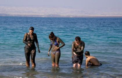 people_in_the_dead_sea_with_mud_large